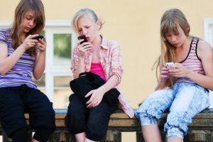 Dipendenza da cellulare: quali sono gli effetti su bambini e adolescenti?