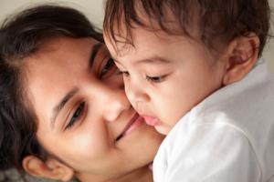 Accudire il bambino ad alto contatto, investimento d'amore