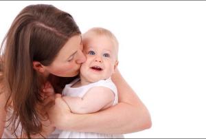 Stare in braccio e ciucciare: bisogni dei bambini, non vizi!