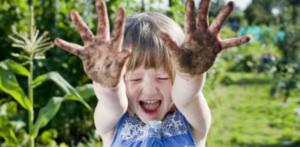Bambini e natura: ecco perché sporcarsi fa bene