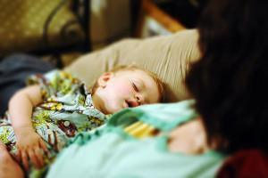 allattamento-seno-bambino-dorme