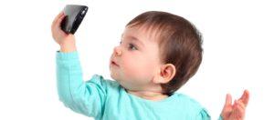 """Bimbi e smartphone: urla e pianti per tenerlo """"ancora un po'"""". Cosa fare?"""