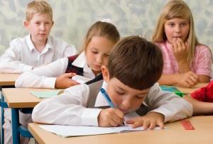 Regno Unito, bambini a scuola 9 ore al giorno e vacanze ridotte