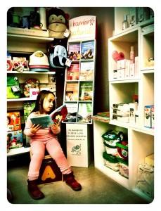 negozio prodotti biologici bambini con bimba e libri