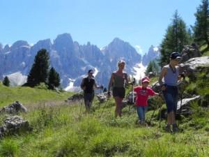 Camminare con i bambini in compagnia