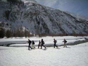Camminare con i bambini nella neve