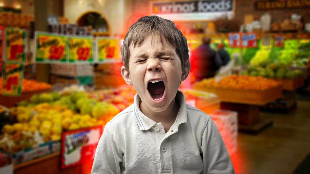 Ребенок в супермаркете фото