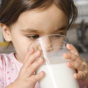 Alimentazione e salute dei bambini, il latte vaccino come bevanda