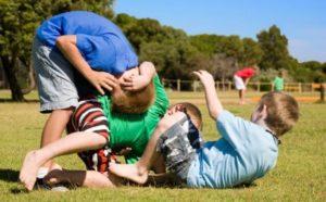 Il gioco della lotta fa bene ai bambini! Ecco come farlo in modo sano ed equilibrato