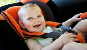 Bimbo a bordo: quali sono i dispositivi obbligatori per legge per la sicurezza in auto?
