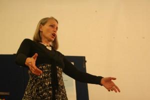 musicista canta per evento pedagogia bambino felice