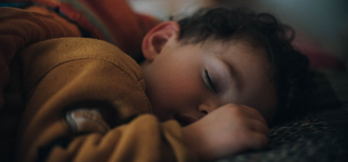 Dormire insieme nel lettone è pericoloso? Consigli per un cosleeping sicuro
