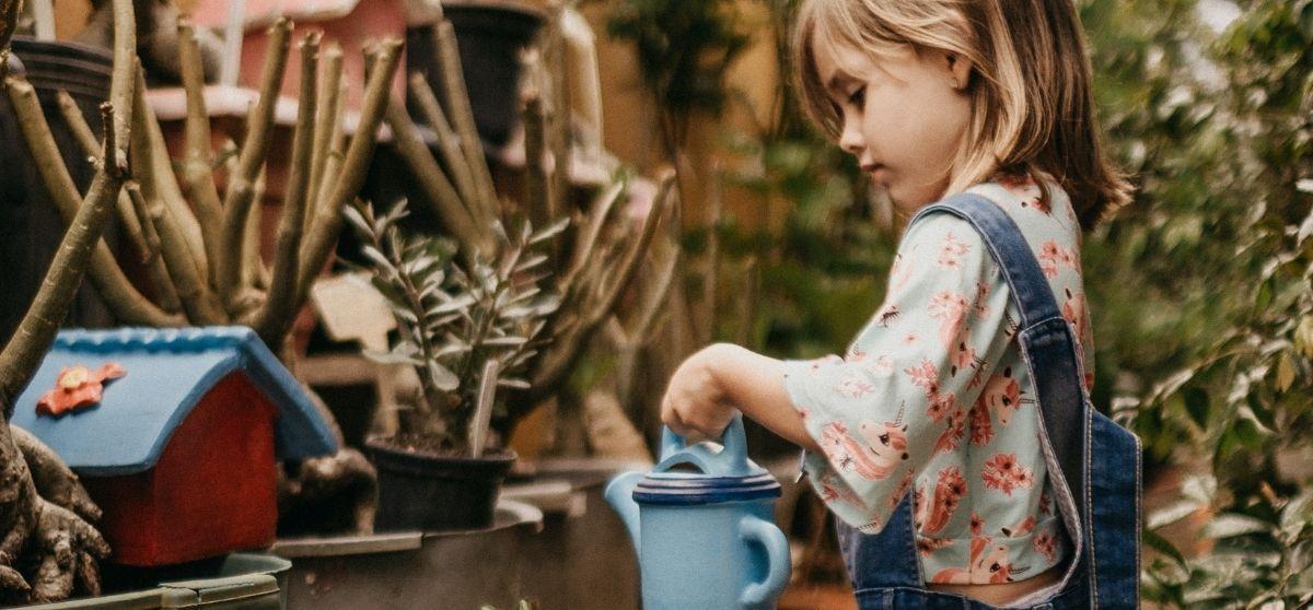 Tempi di crescita del bambino: per assecondarli non imponiamo i nostri schemi, ma lasciamolo sperimentare senza correggerlo.