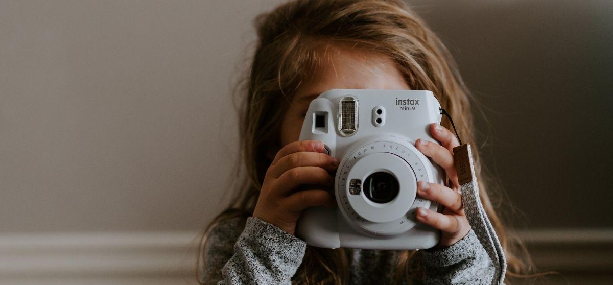 Foto dei figli minorenni online: cosa stabilisce la legge in caso di coppie separate?