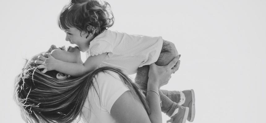Occuparsi di bambini piccoli è difficile: cosa possiamo fare?
