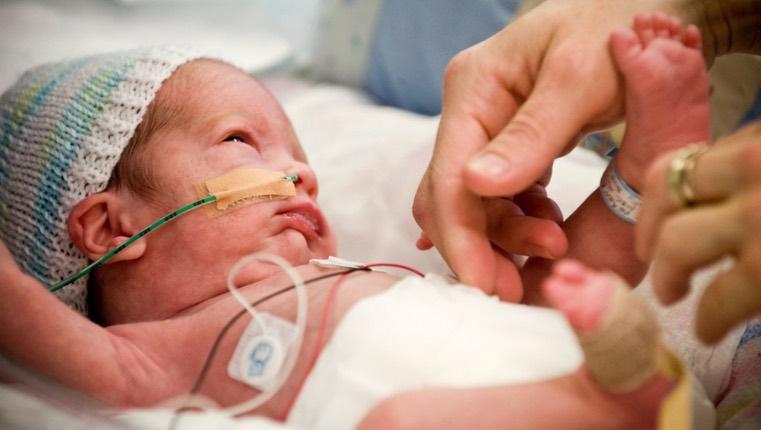 Neonati prematuri in ospedale: canti e parole di mamme e di papà