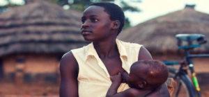 Mamma africana allatta neonato