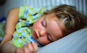 Pipì a letto: è vero che non bisogna bere prima di andare a dormire?