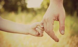 genitorialità padre figlio per mano