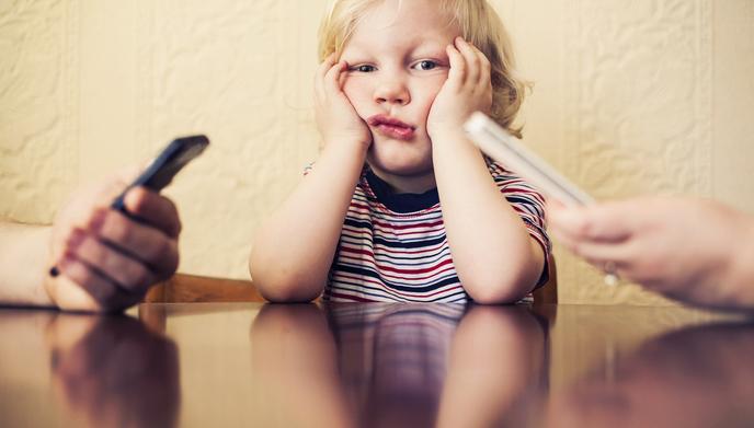 Genitori distratti dal cellulare: conseguenze emotive per i figli?