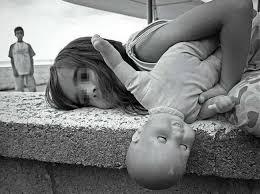abuso bambini bambina triste con bambola