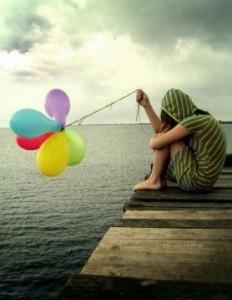 adolescenza solitudine ragazza sola palloncini mare