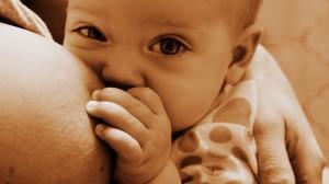 Bambino iperattivo: il latte materno lo aiuta!