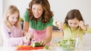bambini con mamma in cucina