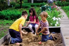 bambini dalla cucina al giardino