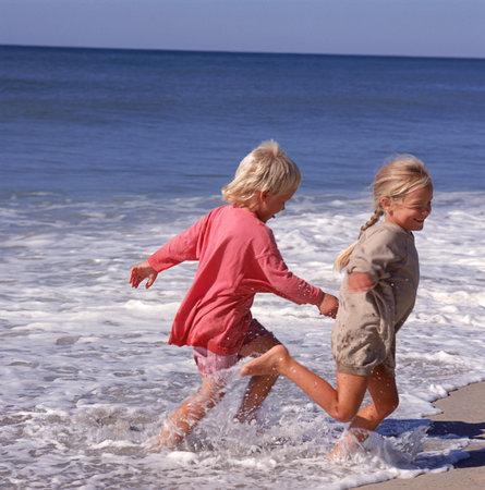 Bambini al mare con la nonna…