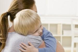 bambini-nido-abbraccio-mamma-bambino