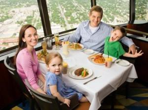 bambini a tavola al ristorante