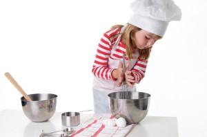 Il bambino in una cucina pulita in modo naturale