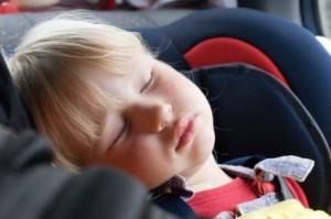 Sicurezza del bambino in auto, niente nanna da solo sul seggiolino