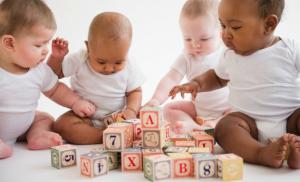 bambino iperstimolato cubi lettere