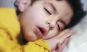 bambino dorme e respira con bocca