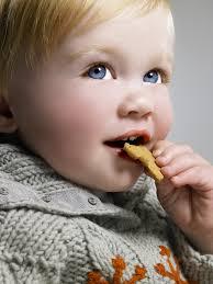 Il bambino a tavola e il ricatto del dolce