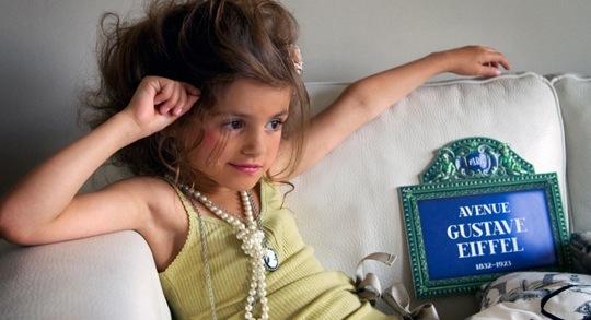 Bambini sfruttati dalle pubblicità, mostrati come adulti