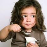 salute bambini bimba mangia yogurt