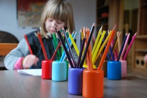 educazione libertaria bambino e matite