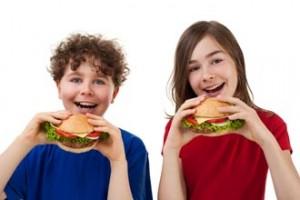 bambini che adottano alimentazione scorretta