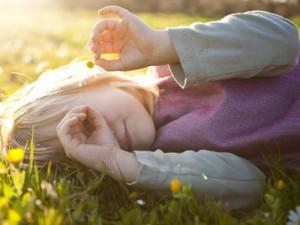 fiore di bach e bambino su erba