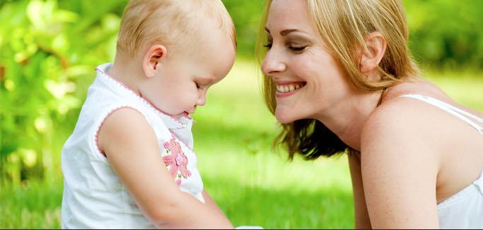 """Siamo genitori """"bambinocentrici""""? Se accudiamo ad alto contatto, prende il """"vizio""""? I consigli di Naomi Aldort"""