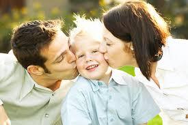 bisogni bambini genitori amorevoli baciano bimbo