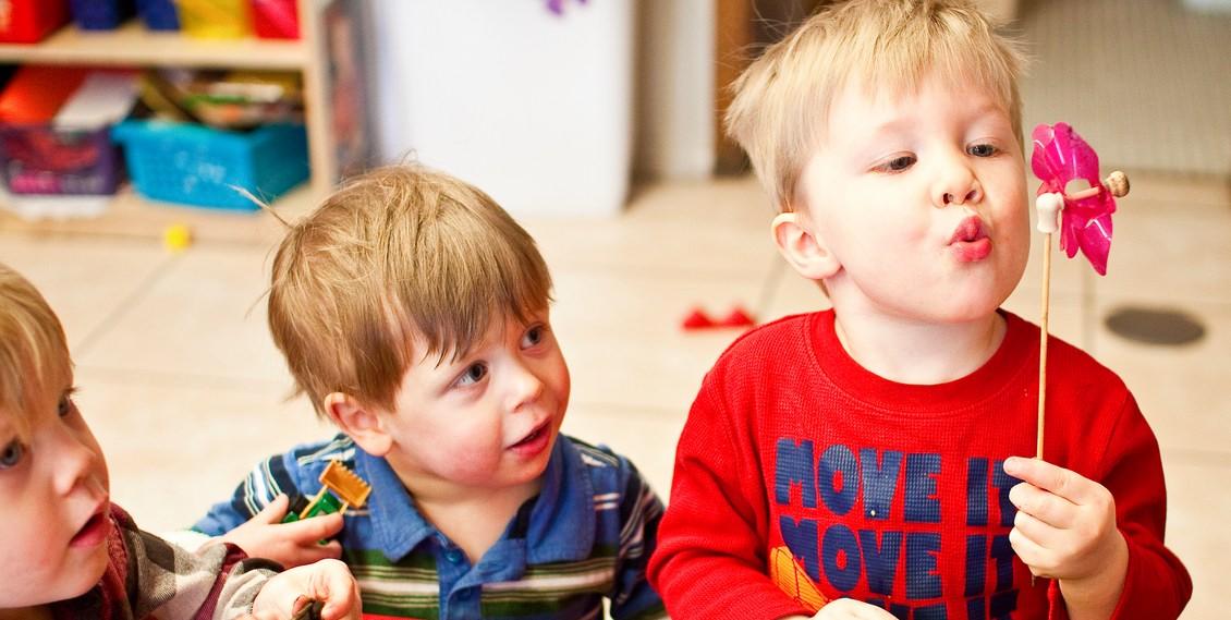 Il gioco nei bambini da 2 a 5 anni bambino naturale - Bambini in piscina a 3 anni ...