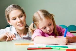 mamma bambina fanno scuola a casa
