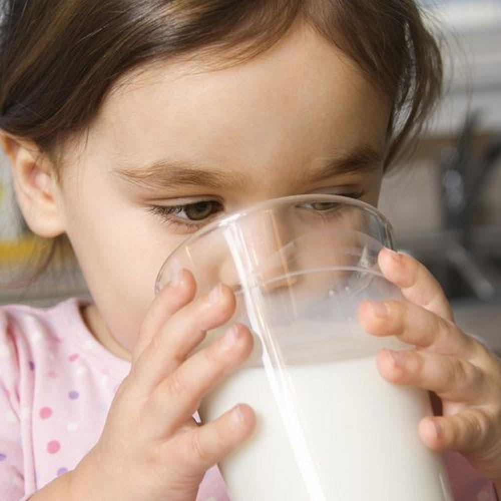 VIDEO – Alimentazione e salute dei bambini, il latte vaccino come bevanda