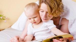 bambino che legge con mamma