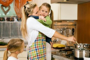 lavoro maternità mamma con bambine