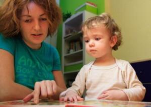 mamma fa scuola a casa a bambino